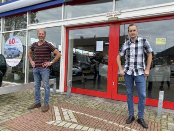 Jerry en Piet staan voor de showroom